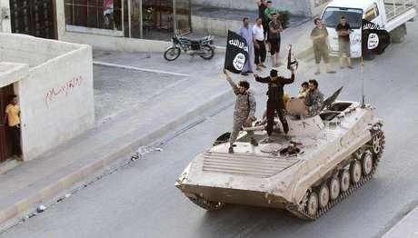 Militantes do Estado Islâmico durante parada militar pelas ruas de Raqqa, no norte da Síria. 30/06/2014.