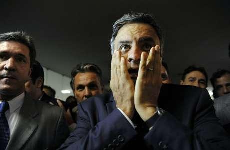 Aécio Neves se surpreende com a recepção das pessoas em seu retorno ao Congresso Nacional