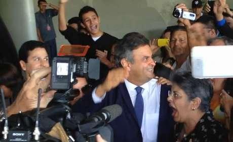 """<p>Aécio Neves (PSDB) foi recebido com foguetório e gritos de """"Presidente!"""" e """"Fora PT!"""" em seu retorno ao Senado Federal</p>"""