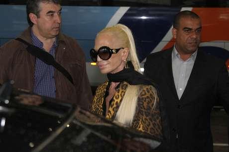 Donatella Versace aposta em rabo de cavalo com cabelo liso