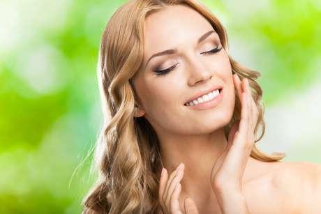 O tratamento preza a naturalidade e para isso faz mechas em tons muito próximos ao natural