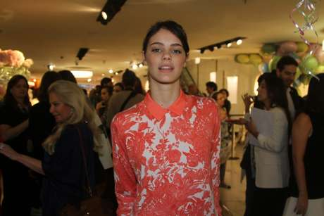 <p>A atriz, que atualmente namora Chay Suede, compareceu ao evento usando um look florido</p>