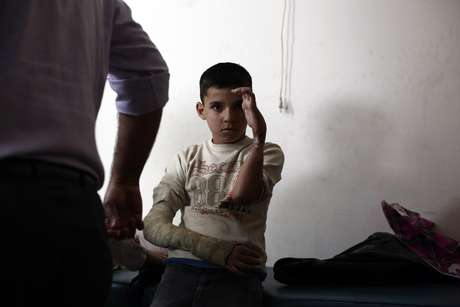 Criança ferida após atentados recebe cuidados médicos; onze menores morreram