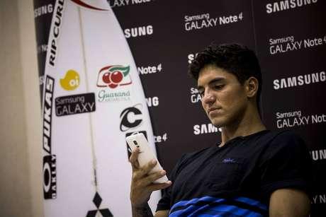 <p>Gabriel Medina durante anúncio de parceria com Samsung</p>
