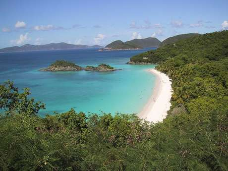 Paisagem de uma praia virginense e suas águas claras