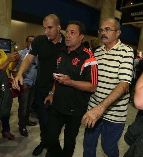 Vanderlei Luxemburgo é escoltado no desembarque do Flamengo