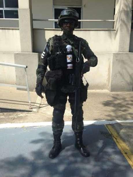 <p>Spray antifogo é item do arsenal de guerra na Maré</p>