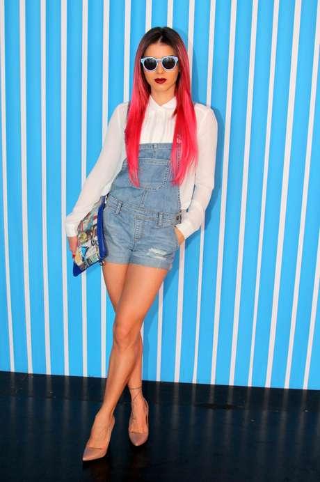 Com macacão jeans, a ex-panicat Thais Bianca exibiu os cabelos rosas no SPFW