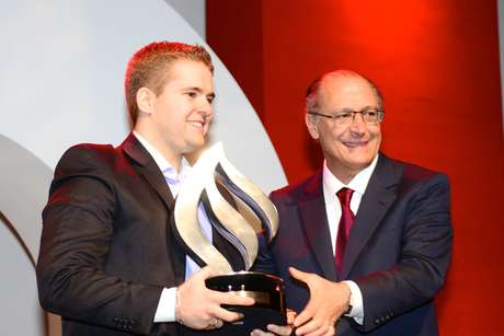 <p>Felipe Alcarde Rodrigues recebeu o troféu de empreendedorismo das mãos do governador Geraldo Alckmin</p>