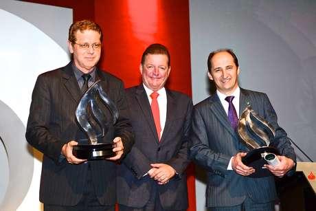 <p>À direita, o pró-reitor de graduação da UFFS, João Alfredo Braida recebe prêmio na categoria Guia do Estudante - Inclusão</p>