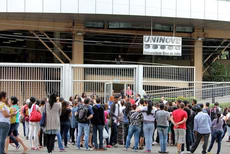 Alunos se reúnem em frente à faculdade Uninove, Campus Barra Funda, localizada na Zona Oeste de São Paulo, para prestar o exame