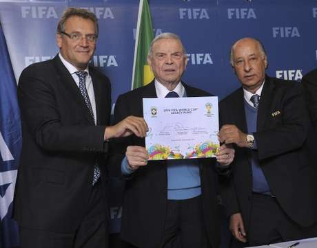 Valcker, Marin e Del Nero assinam acordo que trará investimentos ao futebol de base no Brasil