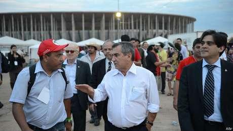 Gilberto Carvalho nega falta de diálogo com movimentos sociais, mas diz que houve poucos avanços