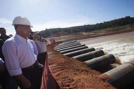 O governador de São Paulo Geraldo Alckmin observa o reservatório de Jaguari em 15 de maio.