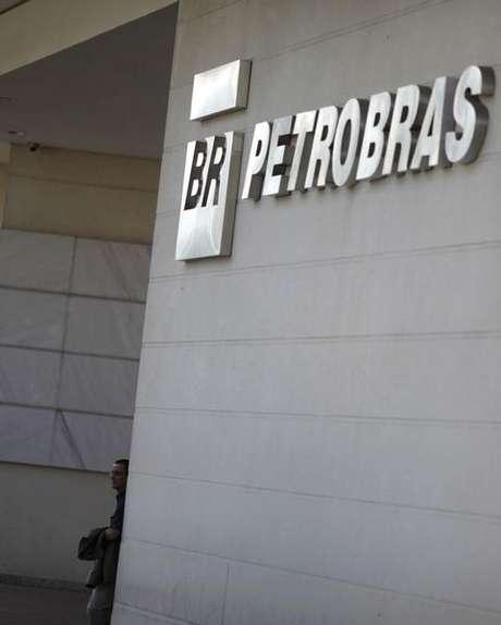 Homem em frente ao prédio da Universidade Petrobras, no Rio de Janeiro. 09/10/2012