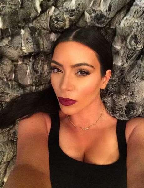 O rabo de cavalo com raiz polida e risca central em evidência é um dos penteados que Kim Kardashian mais usa