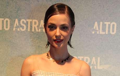 Rosane Molholland aposta no wet hair com cabelo solto e risca central em evidência