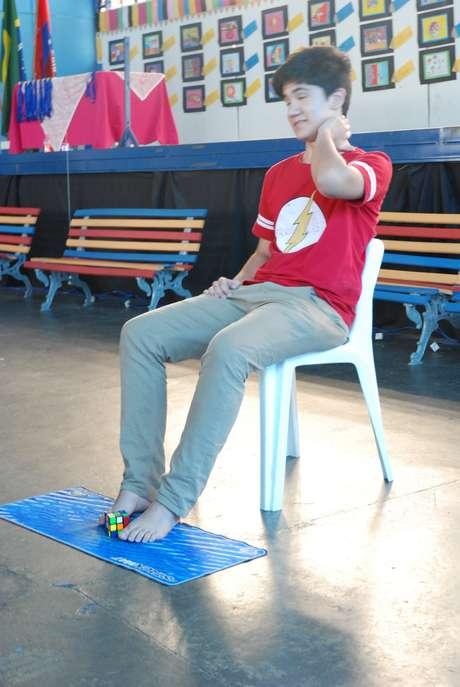 O aluno Gabriel Campanha, 15, mostra habilidade na montagem do cubo com os pés