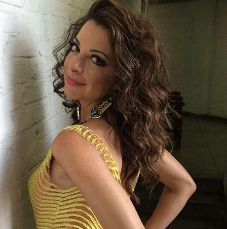Ana Paula Padrão usa cabelo solto com ondas para capa de revista