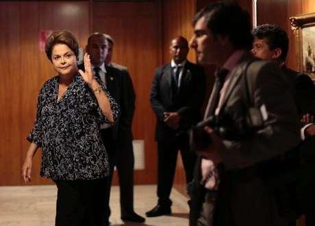 <p>Presidente Dilma Rousseff acena antes de encontro com o presidente do Uruguai no Palácio do Planalto, em 7 de novembro</p>