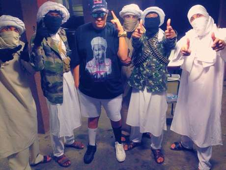 <p>Bin Laden se apresenta junto de dançarinos caracterizados com toca ninja e turbante</p>