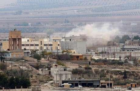 Fumaça no leste de Kobani, na Síria, onde persistem os combates entre militantes do Estado Islâmico e forças curdas, nesta quinta-feira. A foto foi tirada do lado turco da fronteira. 13/11/2014