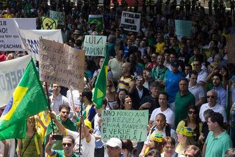 <p>Alguns cartazes na manifestação comparavam o Brasil à Venezuela</p>