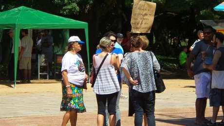 <p>Grupo de pessoas&nbsp;vestidas participa do evento pelado em&nbsp;Porto Alegre, neste domingo, 16 de novembro</p>