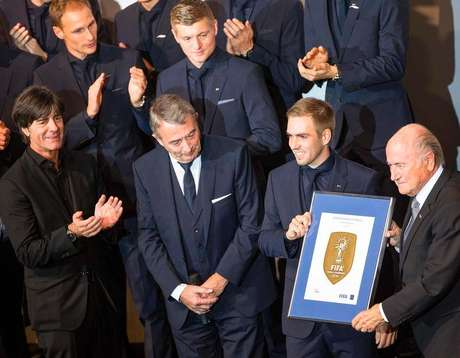 <p>Presidente da Fifa, Joseph Blatter, entrega quadro a Lahm antes da&nbsp;pr&eacute;-estreia do filme sobre a Copa de 2014</p>