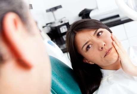 Si de repente se empieza a tener la sensación de que los dientes se aflojan, podría tratarse de una periodontitis.