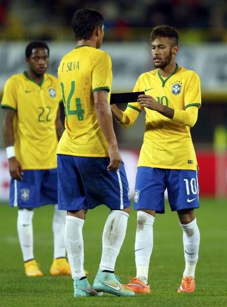 <p>Atual capitão da Seleção, Neymar passa a braçadeira ao companheiro Thiago Silva antes de deixar o campo</p>