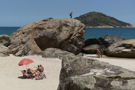 Naturistas e curiosos visitam a 1 praia de nudismo do rj for Paginas de nudismo