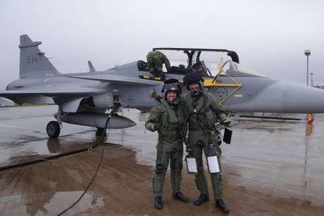 Capitão Fórneas é visto ao lado de instrutor sueco
