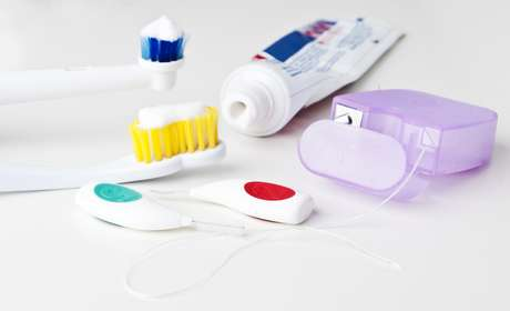 Normamente, o recomendado é usar o fio dental, seguido da escova e, por último, o enxaguante bucal