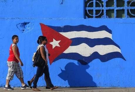 Cubanos caminham em Matanzas, no centro do país, a leste de Havana. 09/02/2013