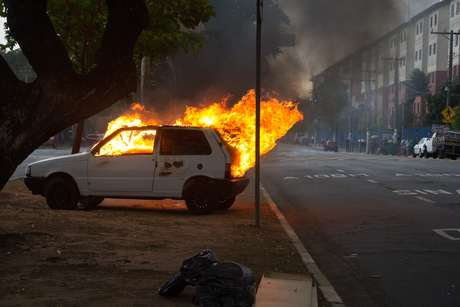 Um veículo foi queimado na Avenida Zaki Narchi, próximo a sede do DEIC, zona norte de São Paulo, nesta terça-feira