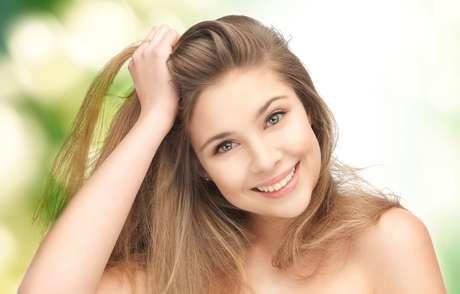 O cuidado com a raiz é essencial para ter um cabelo forte e saudável