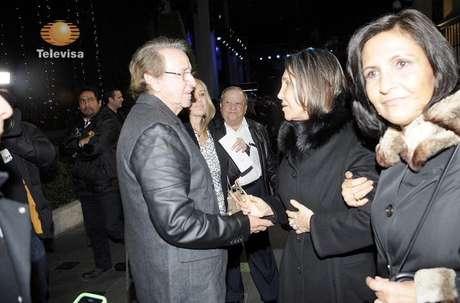 <p>Villagrán cumprimenta Florinda em cerimônia privada em homenagem a Bolaños</p>