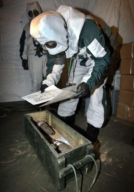 <p>Um especialista em&nbsp;armas qu&iacute;micas abandonadas japon&ecirc;s&nbsp;embala armamento escavado em&nbsp;frente a uma escola&nbsp;em Mudanjiang, prov&iacute;ncia de Heilongjiang, nordeste da China, em julho de 2006&nbsp;</p>