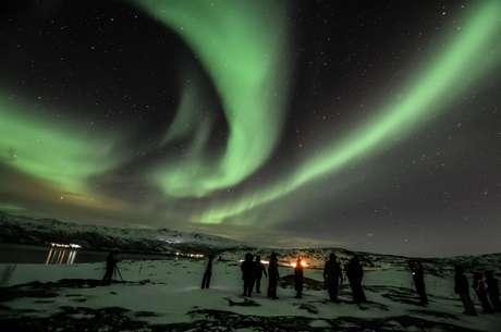 Noruega, 2/2 - Aurora boreal é avistada na região de Esvalbarde, o ponto da Terra permanentemente habitado mais próximo do Polo Norte