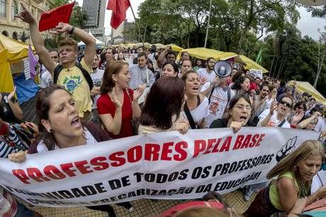Manifestação de professores ocupa o Centro de São Paulo