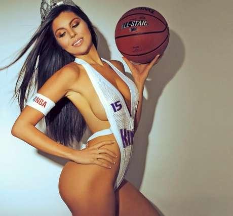 <p>Terann Hilow es una modelo amante de los deportes y quiso darle un toque sexy a la NBA posando con los jerseys de varios equipos.</p>
