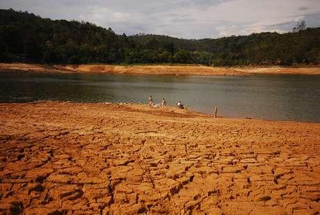 <p>Foto mostra baixo nível da água no Sistema Cantareira, principal manancial da região metropolitana</p>