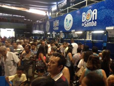 Moradores da Rocinha, no Rio de Janeiro, lotaram a quadra da escola de samba local durante evento em que a prefeitura entregou títulos de legitimação de posse de imóveis