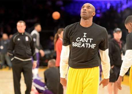 <p>Jogador do Los Angeles Lakers, Kobe Bryant com uma camiseta de protesto pela morte de Eric Garner</p>