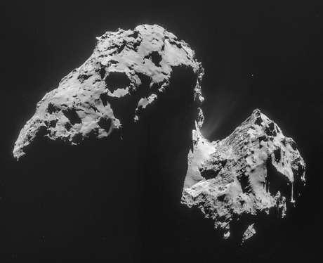 Imagem composta por quatro fotos tiradas com a câmera de navegação no Rosetta e divulgada pela Agência Espacial Europeia em 20 de novembro mostra o cometa 67P / Churyumov-Gerasimenko