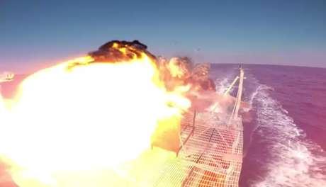 <p>No vídeo, a arma aparece sendo usada contra dois alvos de teste, incluindo uma lancha, que explode em chamas</p>