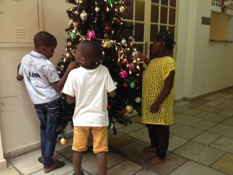 <p>Crianças refugiadas do Congo acolhidas com suas famíliasbrincam no pátio do Crai</p>