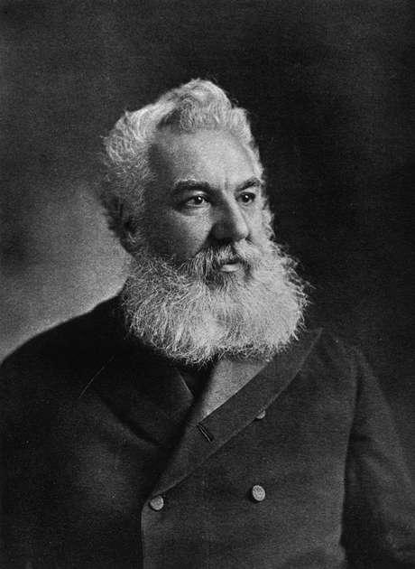 O escocês registrou seu invento em 14 de fevereiro de 1876, no mesmo dia que outro inventor, o norte-americano Elisha Gray. Bell, no entanto, chegou mais cedo e virou o pai do telefone
