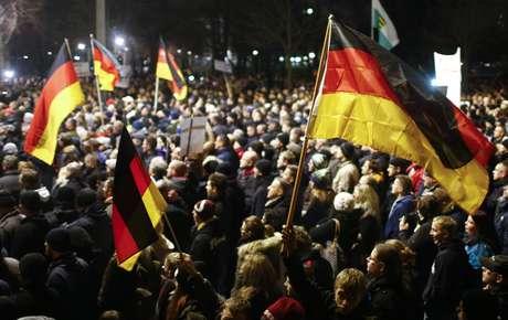 """Em paralelo se formou uma contramanifestação, também com milhares de participantes, sob o lema """"Dresden para todos"""" e pedindo solidariedade com os imigrantes e os peticionários de asilo"""